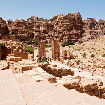 Photo pour En petra jordan la rue antique pleine de colonnes et de patrimoine architectural - image libre de droit