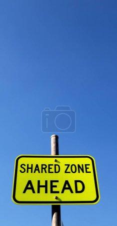 Photo pour En Australie le signe de zone partagée en avant concept de sécurité dans le ciel vide - image libre de droit