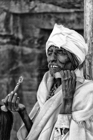 Photo pour ETHIOPIE, LALIBELA-CIRCA JANVIER 2018- prêtre non identifié priant dans la célébration de la genna - image libre de droit