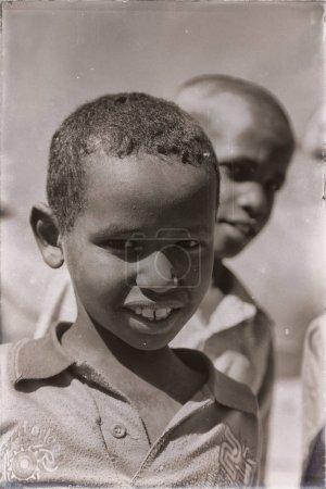 Photo pour ETHIOPIE, BABILE-CIRCA JANVIER 2018- travailleur non identifié jeune garçon sur le marché des chameaux - image libre de droit