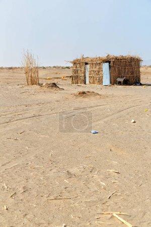Photo pour En ethiopie afrique la pauvre maison des gens dans le désert de pierre - image libre de droit
