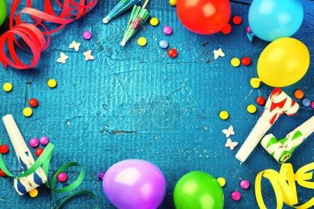 cadre d'anniversaire avec ballons multicolores et articles de fête