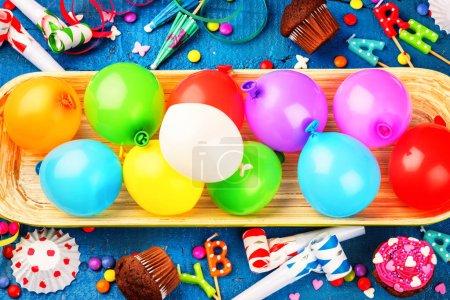Fond d'anniversaire coloré avec ballons multicolores