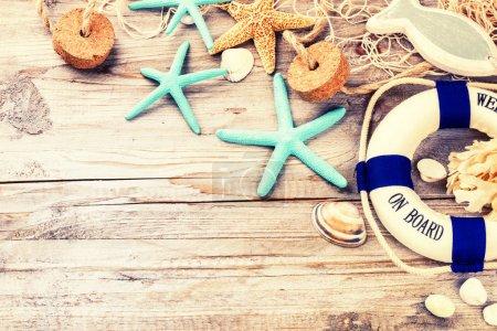 Photo pour Cadre de vacances d'été avec coquillages et accessoires de plage. Contexte d'été - image libre de droit