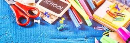 Photo pour Des fournitures scolaires colorées. Concept de retour à l'école avec copyspace - image libre de droit