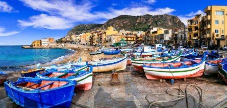 Photo pour Beau village d'Aspra, vue avec bateaux de pêche traditionnels et mer, Sicile, Italie . - image libre de droit
