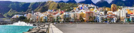 Photo pour Impressionnant Santa Cruz de la Palma, vue avec mer, sable et maisons colorées, Espagne . - image libre de droit