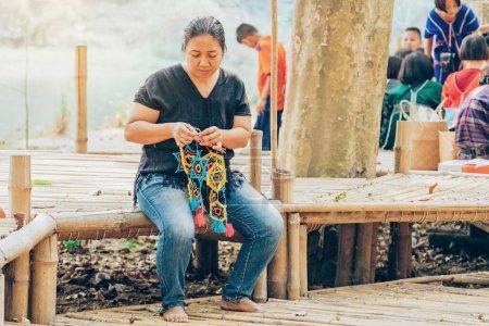 Photo pour RATCHABURI THAÏLANDE-19 JANVIER 2020 : Artisanat, nourriture maison, vêtements en coton et plus encore des villageois Karen locaux viennent former la communauté et mettre en place le marché local appelé Ohpoi Market à Ratchaburi Thaïlande. - image libre de droit