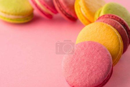 süße Macarons auf rosa Hintergrund