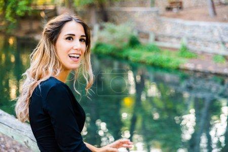 junge 20-jährige Frau posiert attraktiv mit einem schönen Charme