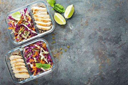 Photo pour Contenants de préparation de repas sains avec quinoa, poulet et salade de chou frais généraux avec espace de copie - image libre de droit