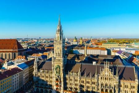 Photo pour Vue aérienne de la nouvelle mairie et de la Marienplatz avant le coucher du soleil, Munich, Bavière, Allemagne - image libre de droit