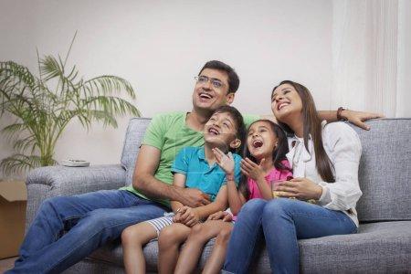 glueckliche familie mit popcorn