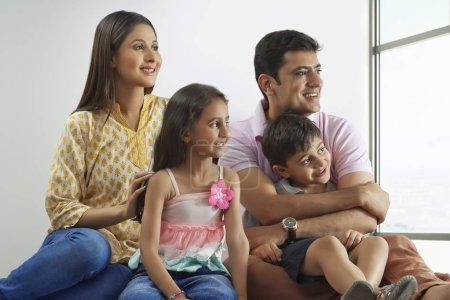 familie aus fenster