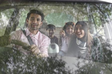 familie sitzt im auto