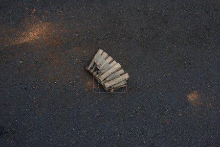 Photo pour Déchets de pétards sur le bord d'une route principale le nouvel an - image libre de droit
