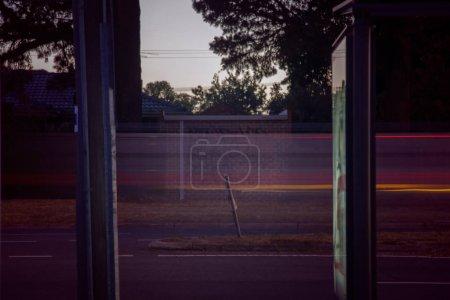 Photo pour Stries lumineuses passant par une surface simple en bordure de route. - image libre de droit