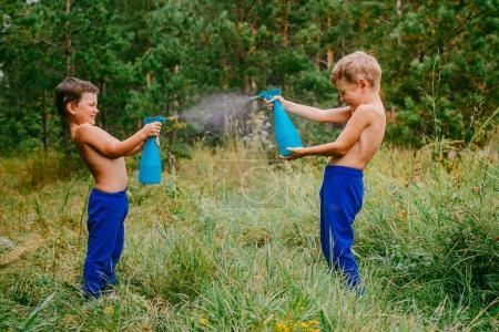 Kinder bespritzen sich mit Wasser