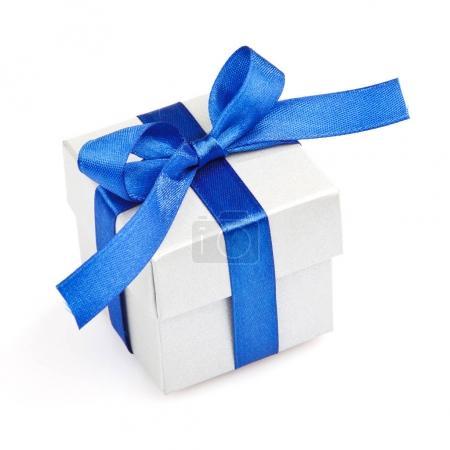 Photo pour Coffret cadeau gris avec ruban bleu et arc isolé sur vue de dessus blanche - image libre de droit