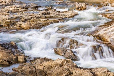 Photo pour Paysage. Rivière de montagne en forêt d'automne. Eau qui coule rapidement dans de grandes roches de montagne - image libre de droit