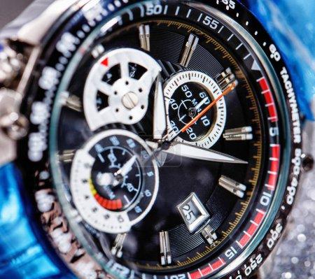 Photo pour Gros plan de vue de nice mans montre-bracelet - image libre de droit