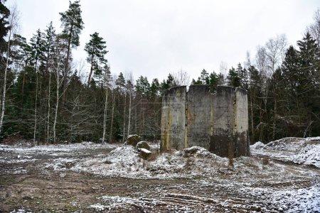 Antiguo lanzador de misiles nucleares soviéticos estacionarios abandonados en el