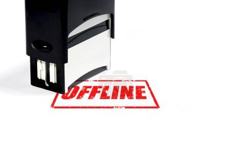 Photo pour Concept hors ligne, timbre de caoutchouc noir avec lettrage rouge sur blanc isolé fond. - image libre de droit
