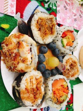 Photo pour Délicieux divers types de sushis rouleaux tranches en bouquet végétarien avec avocat, saumon, bacon, oeuf, carotte, concombre, graines de sésame, ont été thon capsicum rouge cuisine japonaise traditionnelle asiatique - image libre de droit