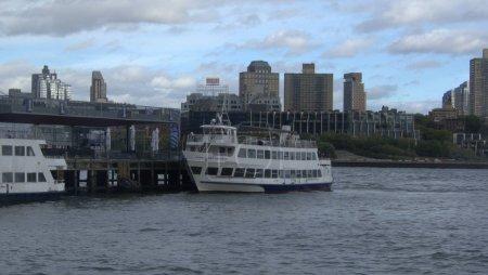 Photo pour Une vue de Brooklyn de pair, regardant à travers East River, New York City, États-Unis, navires, bâtiments, pair, photo de voyage, objet touristique - image libre de droit