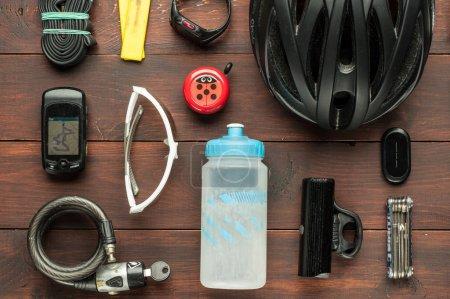 Photo pour Vieux accessoires de cyclisme d'occasion sur table en bois marron - image libre de droit