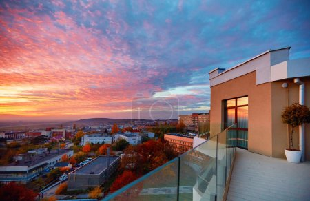 vue depuis le toit-terrasse sur un magnifique coucher de soleil. Oujhorod, Ukraine