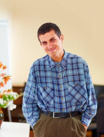 Photo pour Portrait d'un homme adulte gai handicapé dans un centre de réadaptation - image libre de droit