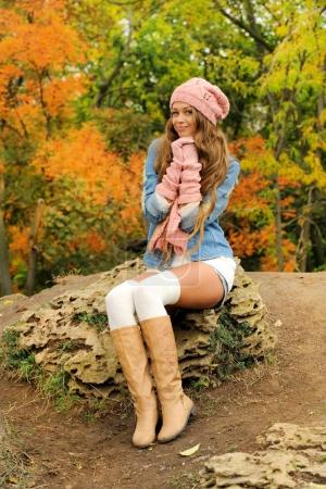 Woman posed outdoor dressed in knitted autumn outfit