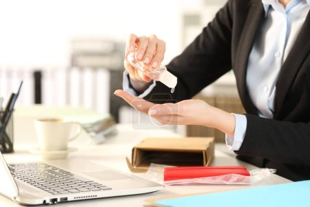 Foto de Cierre de la mujer de negocios con un paquete abierto sobre el escritorio, con las manos manchadas en la oficina. - Imagen libre de derechos