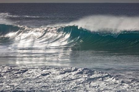 Photo pour Paysage marin avec vagues cassantes - image libre de droit