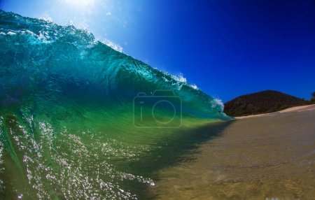 Photo pour Grand beau tonneau de brise-vagues de l'océan lumineux sur la plage tropicale - image libre de droit