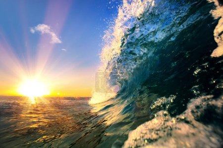 Photo pour Coucher de soleil tropical, fond d'eau, vague de surf océanique, ciel bleu - image libre de droit