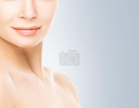 Photo pour Gros plan visage de jeune femme attrayante avec une peau lisse et saine - image libre de droit