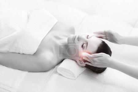 Photo pour Jeune belle femme brune sur la procédure de la thérapie de massage. Loisirs et Concept de guérison - image libre de droit