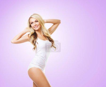Photo pour Fit et femme blonde sportive en body lingerie blanche sur fond lilas. Sport, fitness, alimentation, perte de poids, nutrition et concept de santé - image libre de droit