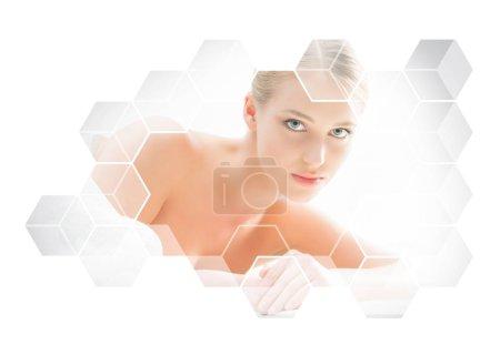 Photo pour Belle et saine femme blonde obtenir un traitement de massage dans le salon de beauté. Spa et concept de santé . - image libre de droit