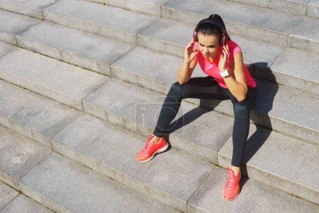 Photo pour Femme jeune, en forme et sportive se préparant pour le jogging urbain. Sport, fitness et mode de vie sain concept . - image libre de droit