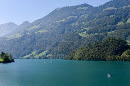 Photo pour Les gens pêchent sur eux bateaux au lac Lungern sur le canton Obwalden en Suisse - image libre de droit