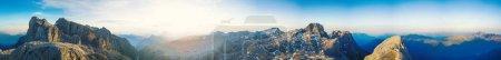 Photo pour Vue aérienne panoramique des montagnes des Dolomites, Italie . - image libre de droit