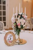 Svatební dekorace na stůl s bílé a růžové růže, karafiáty a svíčky