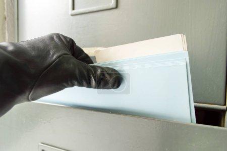 Photo pour Détail d'un voleur attraper des fichiers de l'archive comme symbole de l'espionnage industriel - image libre de droit