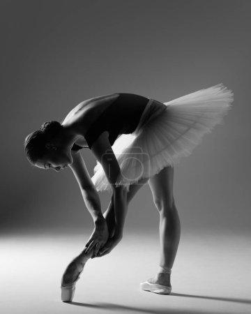 Photo pour Jeune belle danseuse de ballet pose en studio - image libre de droit