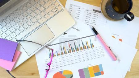 Photo pour Bureau moderne frais généraux avec ordinateur portable pc et graphiques de paperasse, surcharge. - image libre de droit