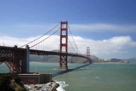 Photo pour Le pont Golden Gate près de la baie . - image libre de droit
