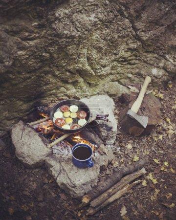 Photo pour Cuisson petit déjeuner sur un feu de camp dans un camp d'été. - image libre de droit